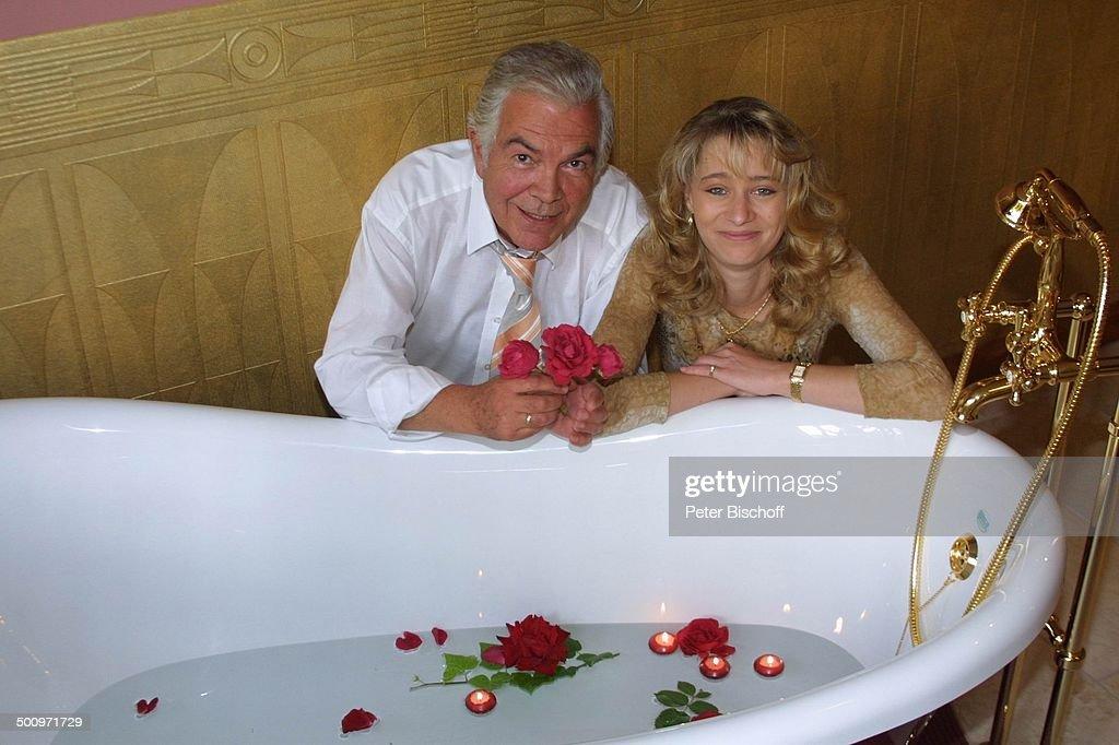Claus Wilcke, Ehefrau Janine Amann, Rothenburg ob der Tauber, 11.07.2004, Gesundheits-Zentrum: 'Vitalis', Wellness-Hotel, Schauspieler, Rose, Blume, B : News Photo