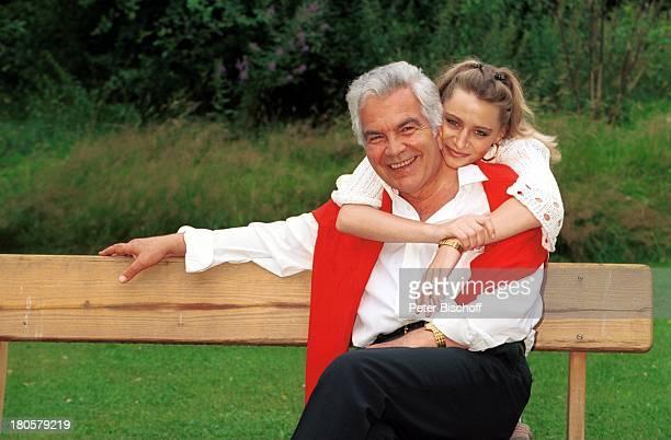Claus Wilcke Lebensgefährtin Janine Amann Homestory Hamburg Bank Garten umarmen