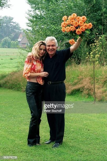 Claus Wilcke Lebensgefährtin Janine Amann Homestory Hamburg Garten Blumen Blumenstrauß umarmen