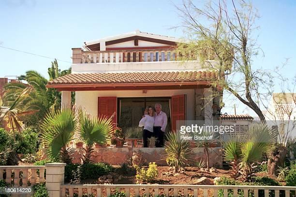 Claus Wilcke mit Ehefrau Janine Flitterwochen Ferienhaus bei Canpicafort Mallorca/Spanien Urlaub Frau Grundstueck Garten