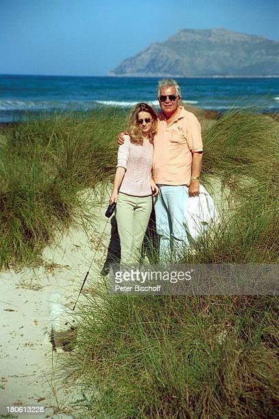 Claus Wilcke mit Ehefrau Janine Flitterwochen Mallorca/Spanien Duene Urlaub Sonnenbrille Hund Tier BichonFriseRuede Coco Frau