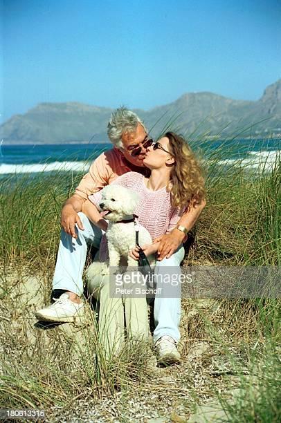 Claus Wilcke mit Ehefrau Janine Flitterwochen Mallorca/Spanien Duene Urlaub Sonnenbrille Hund Tier BichonFriseRuede Coco Frau Kuß