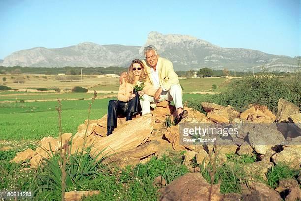 Claus Wilcke mit Ehefrau Janine Flitterwochen Mallorca/Spanien Urlaub Blumenstrauß Frau Sonnenbrille