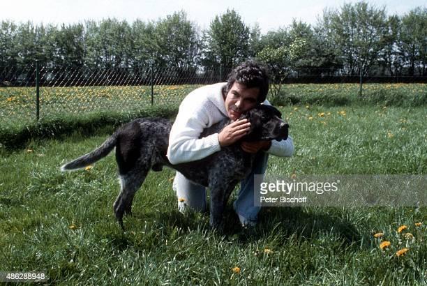 'Claus Wilcke spielt mit seinem Hund Homestory im Garten am in Hamburg Deutschland '