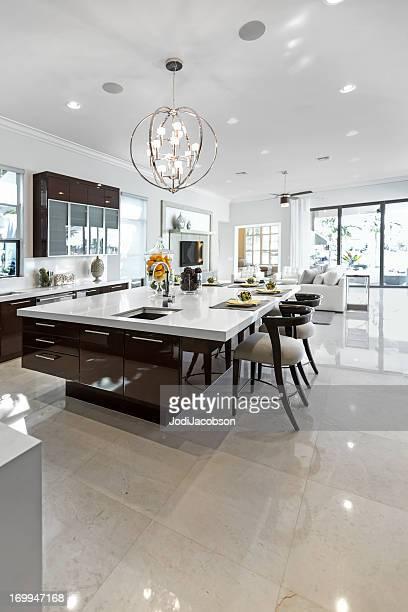 clean e brilhante cozinha moderna do lado de dentro. - bancada de cozinha mobília - fotografias e filmes do acervo