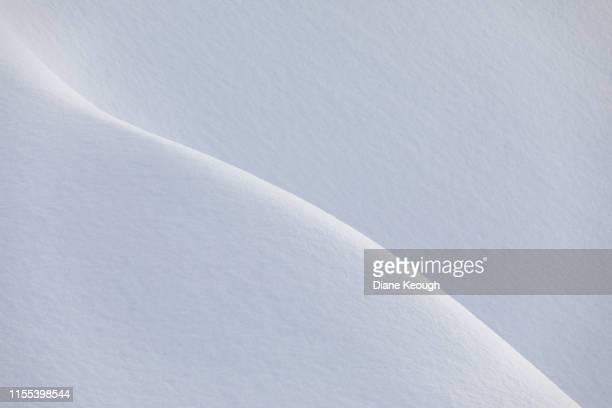 clean and simple snow layers in alaska. - einfachheit stock-fotos und bilder