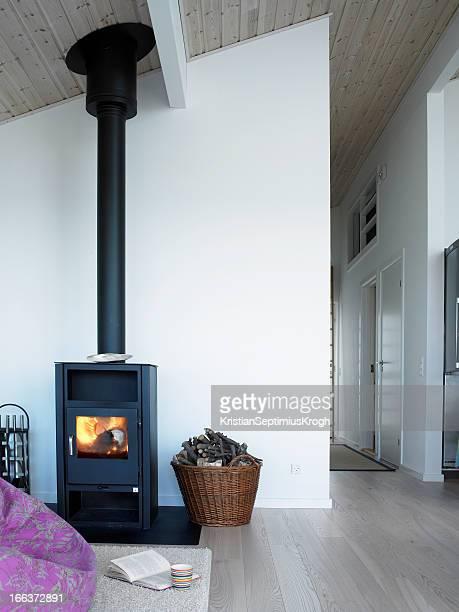 Nettoyer la maison avec cuisinière à bois
