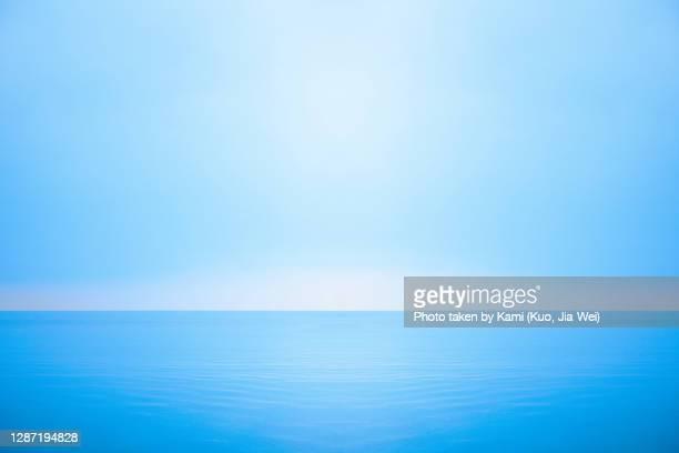 clean ocean scene with horizontal mirror reflection. - horizont über wasser stock-fotos und bilder