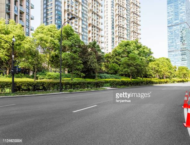 clean road in residential area - calle urbana fotografías e imágenes de stock
