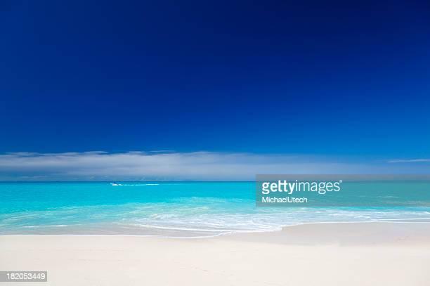 すっきりしたホワイトのカリブ海のビーチ、ブルースカイ