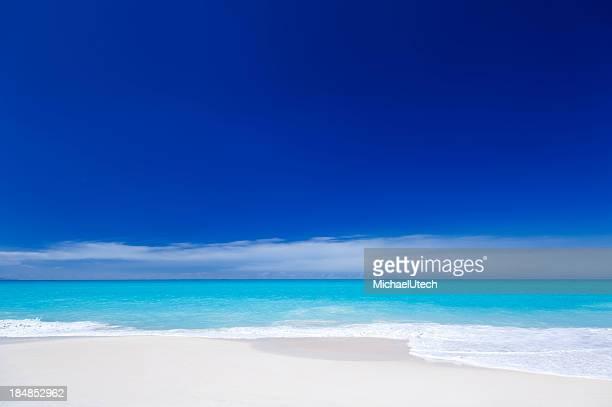 Sauberen weißen karibischen Strand mit blauer Himmel