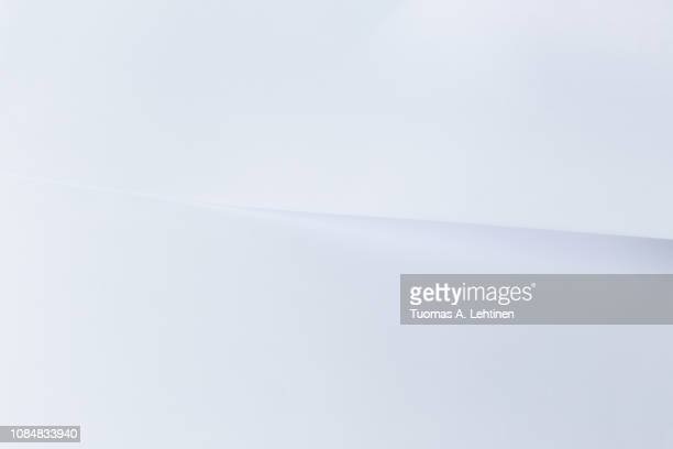 clean white sheet of paper overlayed with another white paper. very simple and minimal abstract background. - studiofoto stockfoto's en -beelden