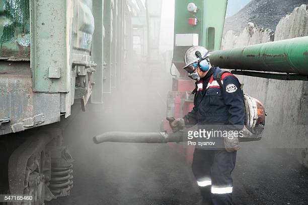 cleaning of freight cars from coal dust. - maschera antigas foto e immagini stock