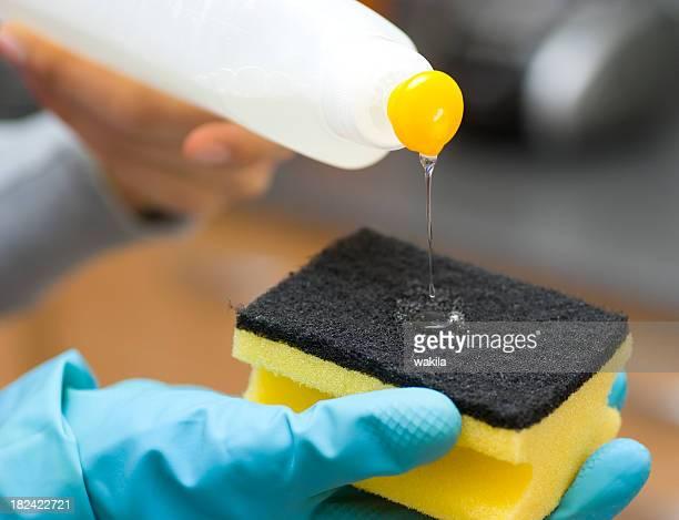 Limpieza-Spülmittel auf Schwamm