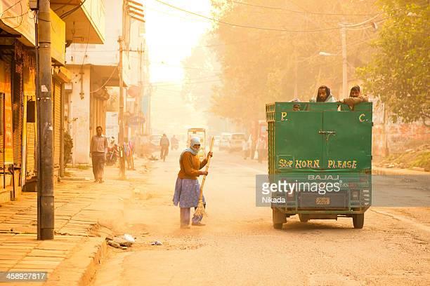 reinigung der straße in indien - new delhi stock-fotos und bilder