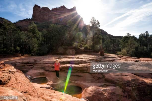 limpeza de chacras em sete lagoas sagradas, sedona - oak creek canyon - fotografias e filmes do acervo