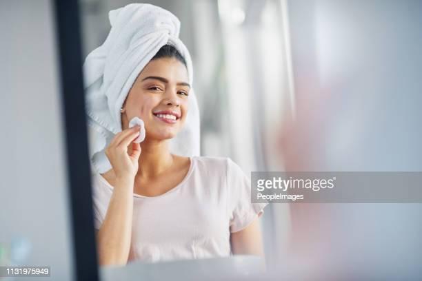 reinigen sie ihre haut, um ihre natürliche schönheit zu enthüllen - kosmetische behandlung stock-fotos und bilder