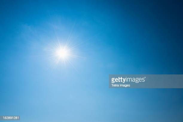 clear blue sky and solar flare - bleu photos et images de collection