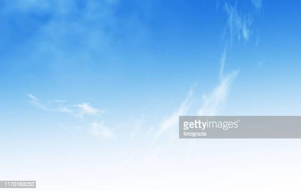 clear blue sky background - ふわふわ ストックフォトと画像