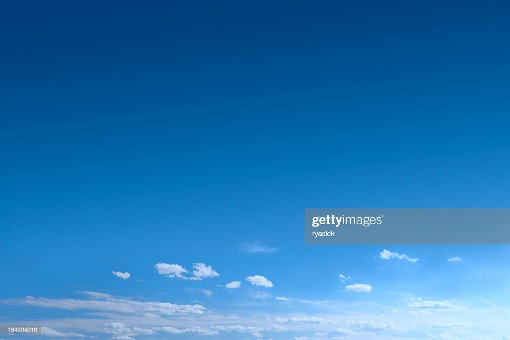 Cielo azzurro con nuvole di backscattering : Foto stock