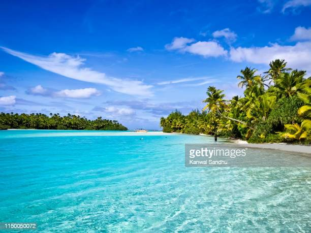 clear blue turquoise waters of lagoon and white sandy beach - isole cook foto e immagini stock