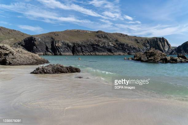Clear blue water at the Kynance Cove in Cornwall, UK. 08.09.21 Kynance Cove is a favourite holiday destination in Cornwall. The Cove boasts clear...