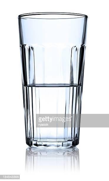 透明なガラスの半分の水の反射型