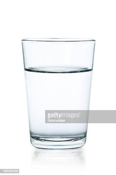 Klares Glas Wasser auf weißem Hintergrund