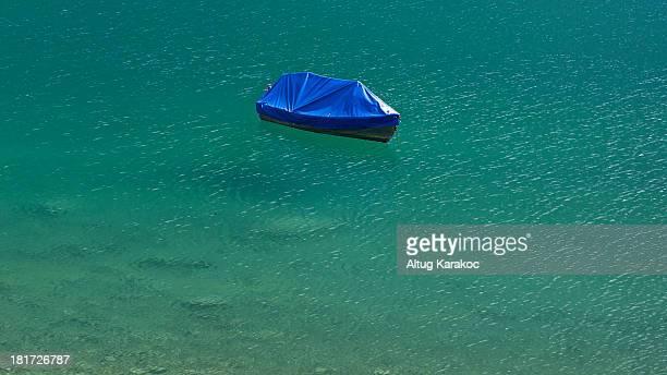 clear lake floating boat - altug karakoc - fotografias e filmes do acervo