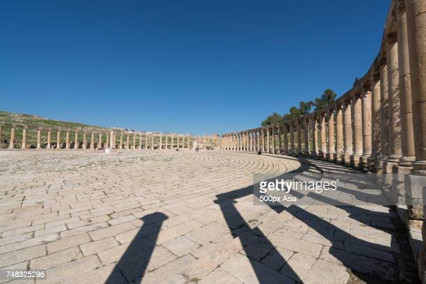 clear sky over ancient columns, jordan - image stock pictures, royalty-free photos & images