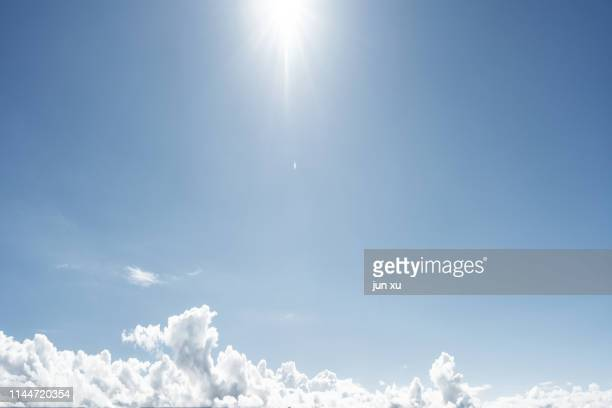 a clear sky with blue sky and white clouds - alleen lucht stockfoto's en -beelden