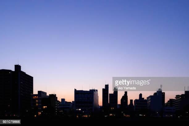clear sunset sky over city buildings - ロマンチックな空 ストックフォトと画像