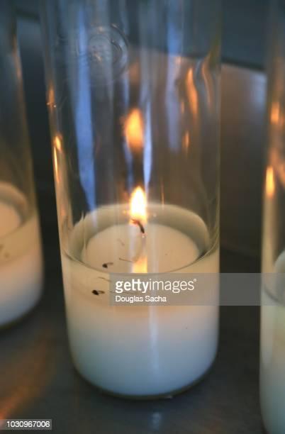 clear votive candle at a grave - cero foto e immagini stock