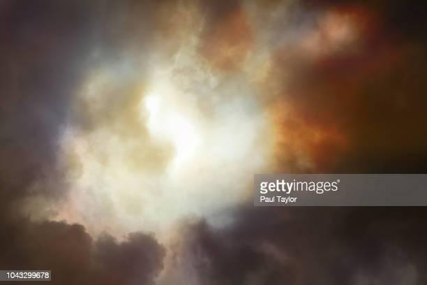 clearing clouds - destruição - fotografias e filmes do acervo
