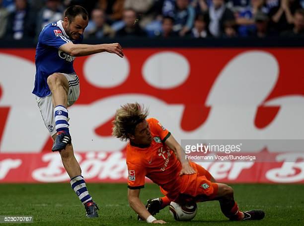 Clemens Fritz von Werder in aktion mit Heiko Westermann von Schalke waehrend des Bundesliga Spiels zwischen FC Schalke 04 und Werder Bremen in der...