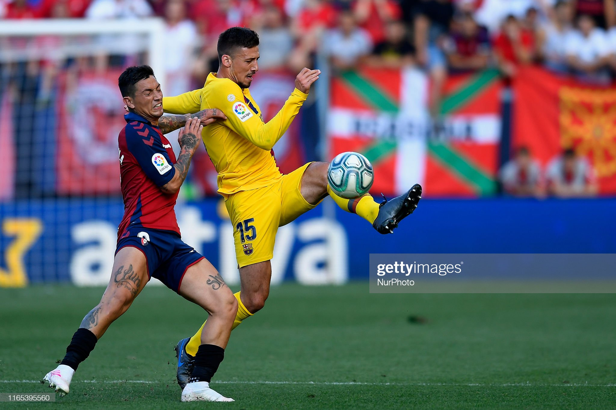 صور مباراة : أوساسونا - برشلونة 2-2 ( 31-08-2019 )  Clement-lenglet-of-barcelona-and-chimy-avila-of-osasuna-competes-for-picture-id1165395560?s=2048x2048