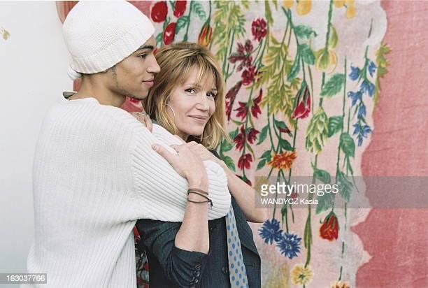 Clementine Celarie And Her Son Abraham Abraham DIALLO 18 ans de profil appuyé sur l'épaule de sa mère Clémentine CELARIE souriante chez elle à...