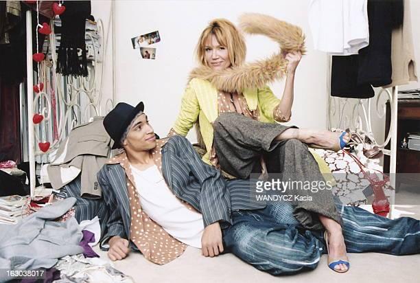 Clementine Celarie And Her Son Abraham Attitude de Clémentine CELARIE jouant avec un boa assise près de son fils aîné Abraham DIALLO 18 ans allongé...