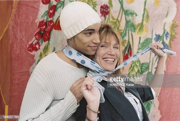 Clementine Celarie And Her Son Abraham Attitude riante de Clémentine CELARIE nouant un foulard autour de son cou et de celui de son fils aîné Abraham...