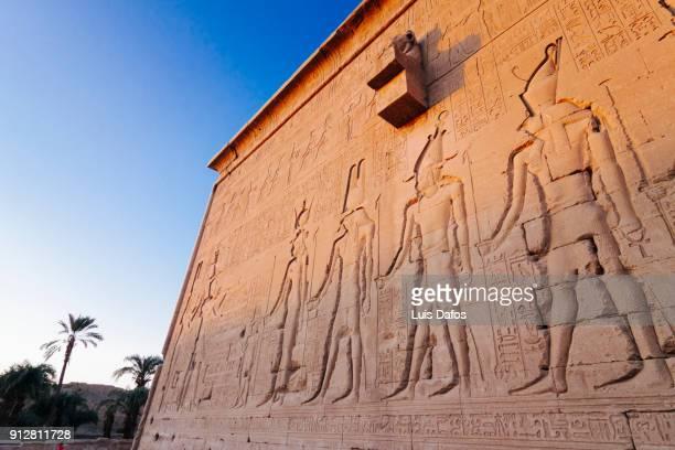 cleopatra and caesarion carvings at dendera temple - tempelcomplex van dendera stockfoto's en -beelden