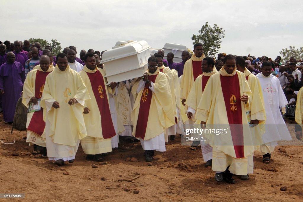 TOPSHOT-NIGERIA-UNREST-FUNERAL : News Photo