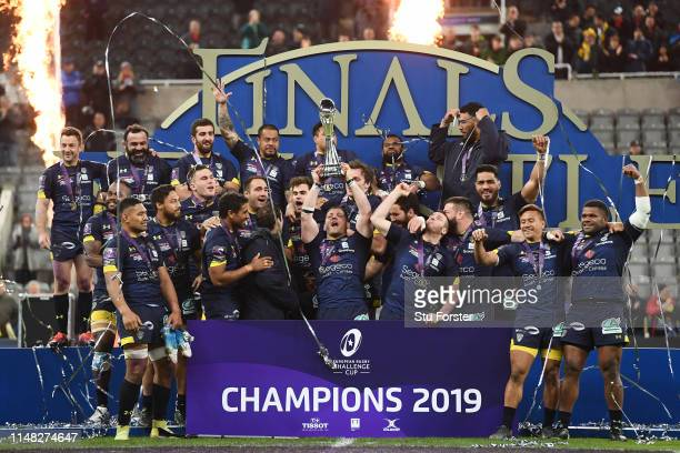 Clermont Auvergne players celebrate with the trophy after winning the Challenge Cup Final match between La Rochelle and ASM Clermont at St. James...