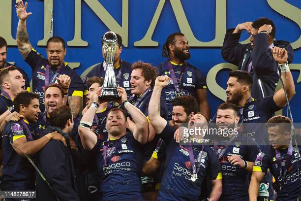 Clermont Auvergne players celebrate with the trophy after winning the Challenge Cup Final match between La Rochelle and ASM Clermont at St James Park...