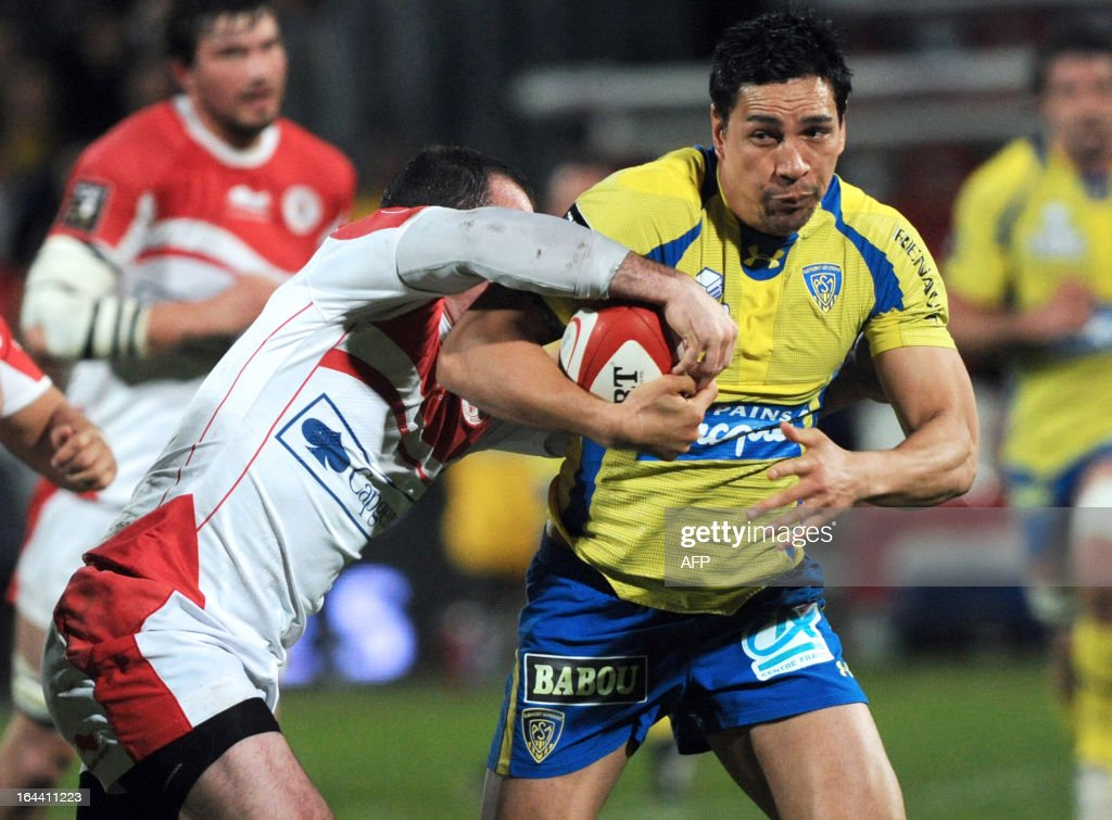 Clermont-Ferrand's center Regan King (R) vies for the ball with Biarritz's center Benoit Baby (L) during the French Top 14 rugby union match Biarritz vs Clermont-Ferrand on March 23, 2013 at the Aguilera stadium in Biarritz, southwestern France.