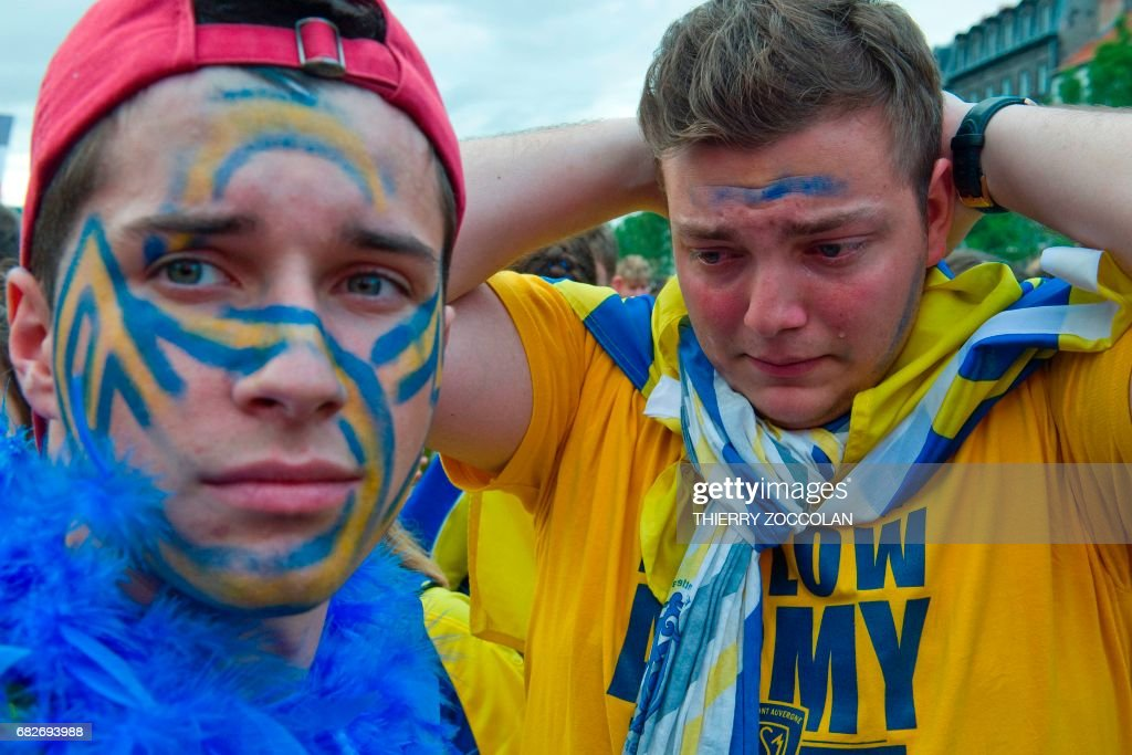 Clermont-Ferrand's supporters react as they watch on a giant screen the European champions Cup rugby union final match Saracens vs Clermont-Ferrand, on May 13, 2017 in Clermont-Ferrand. / AFP PHOTO / Thierry Zoccolan