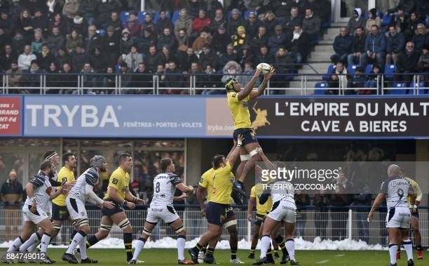 Clermont's Australian lock Sebastien Vahaamahina grabes the ball in a line out during the French Top 14 Rugby union match between ASM Clermont and SU...