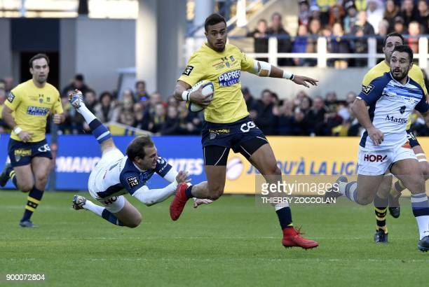 Clermont's Australian winger Peter Betham runs with the ball during the French Top 14 Rugby union match ASM Clermont vs Castres Olympique at the...