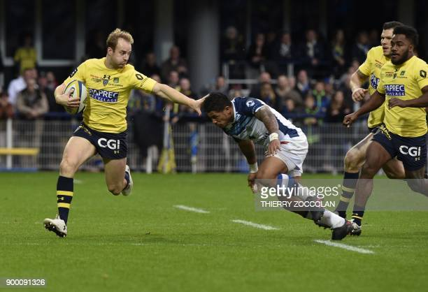 Clermont's English fulback Nick Abendanon outruns Castres' Samoan winger David Smith during the French Top 14 Rugby Union match ASM Clermont vs...