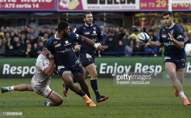 Clermont's Fidjian centre Apisai Naqalevu passes the ball to Clermont's French centre Damian Penaud during the European Champions Cup rugby union...