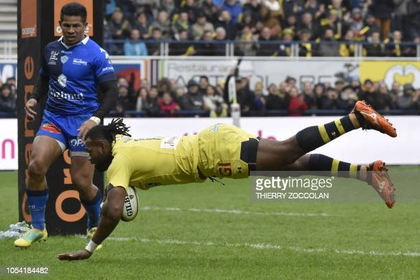 Clermont's Fidjian winger Alivereti Raka scores a try during the French Top 14 rugby union match between ASM Clermont and Castres Olympique at the...